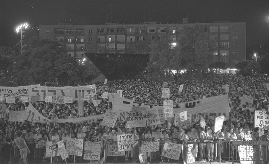 150,000 Peace Now Aktivist*innen demonstrieren in Tel Aviv, 1983 (Foto: GPO)